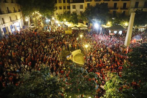 Miles de aficionados del Real Mallorca celebran en la plaza de Juan Carlos I, en Palma, la victoria de su equipo.