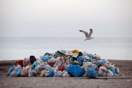 Las playas han quedado llenas de basura.