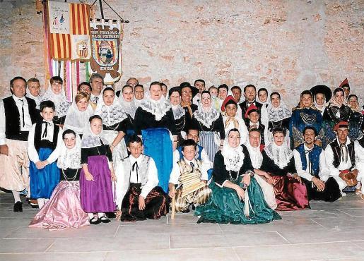 Actuación de Aires des Pla Llucmajorer realizada en el año 2000 en Eivissa.