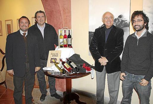 El pintor Luca Monzani, Ramón Servalls, Sebastián Rubí, presidente de Macià Batle; y Carlos Rubí.