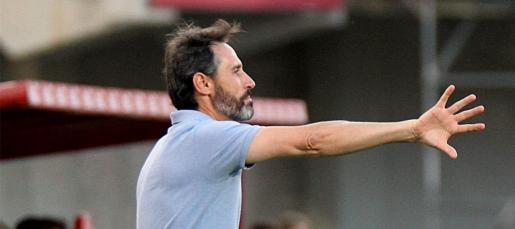 Vicente Moreno, que en la imagen da instruccciones a sus jugadores, ha igualado la gesta del argentino Juan Carlos Lorenzo, entonces pasó de Tercera a Primera, con dos ascensos consecutivos hasta la elite del fútbol nacional.