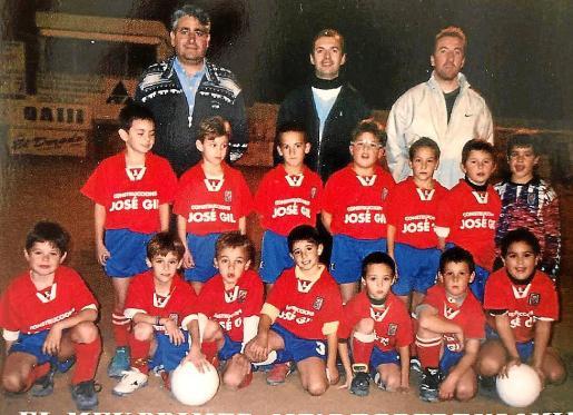 Sergi, arrodillado tercero por la izquierda y Abdón, primero por la derecha con el balón. Año 99.