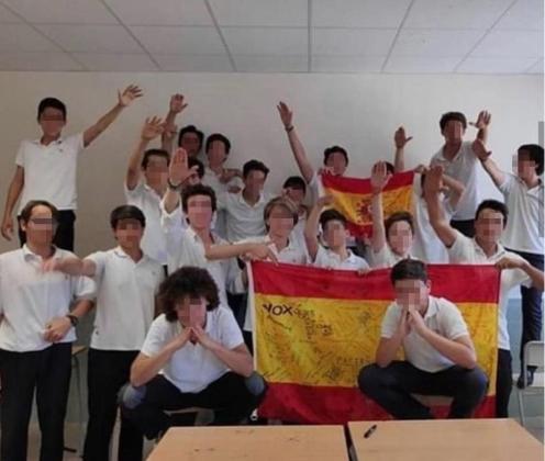 La imagen de la polémica. Varios alumnos sonríen y levantan el brazo emulando el saludo fascista en horario lectivo. Una instantánea que ha generado numerosas reacciones de todo tipo.