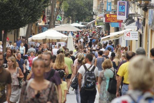 El aumento de la población durante 2018 se debió a un saldo migratorio positivo de 333.672 personas pese al saldo vegetativo negativo. Imagen de archivo de una calle de Palma llena de gente.