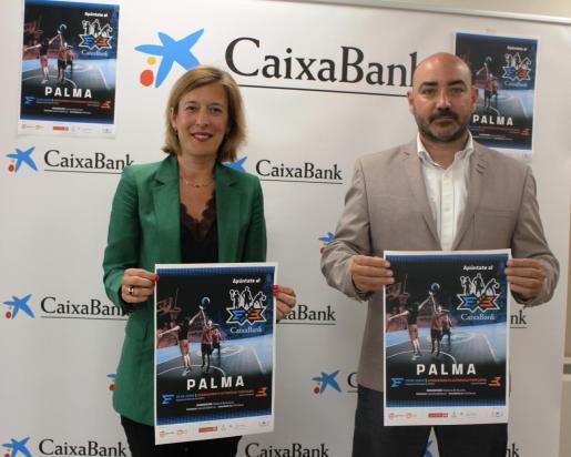 María Cruz Rivera y Juanjo Talens, con el cartel del Plaza 3x3 CaixaBank.
