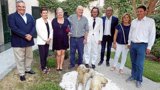Tomeu Barceló, Carme Serra, Camila Huisgen, Vicenç Sastre, Joan Punyet Miró, Santi Mayol, Catalina Crespí y Oscar Mayol, con las esculturas de Turc y May.