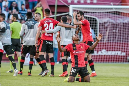 Pervis Estupiñán celebra el pase a la final del playoff arrodillado y abriendo las manos hacia el cielo, tras el encuentro ante el Albacete Balompié.