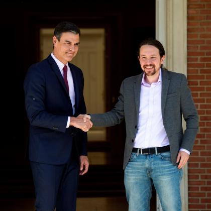 El presidente del Gobierno en funciones, Pedro Sánchez (i), recibe al líder de Podemos Pablo Iglesias, esta tarde en el Palacio de la Moncloa.
