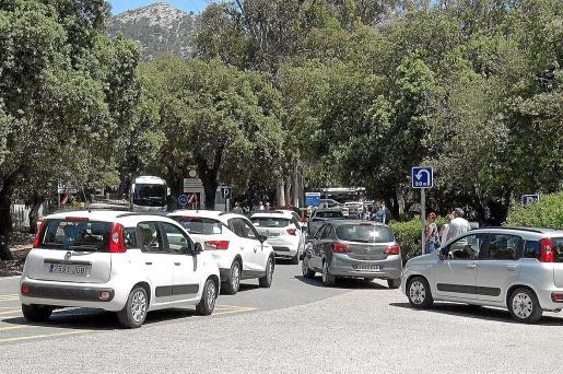 Cuando el párking de la playa de Formentor se llena se forman colas kilométricas de vehículos que esperan para acceder.