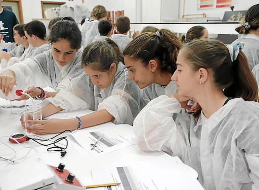 En las clases prácticas, los participantes disfrutan de los experimentos.