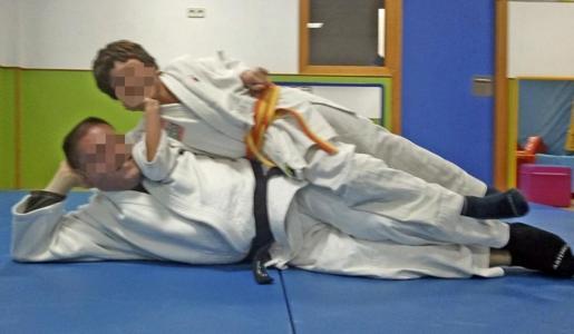 Una imagen del detenido con un menor en el club de judo en el que impartía clases.