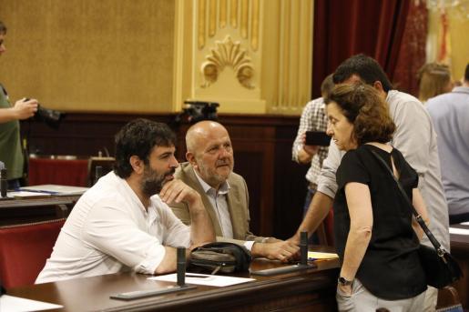 Diputados de Més per Mallorca conversan con Fina Santiago y Vicenç Vidal en la sala de plenos.