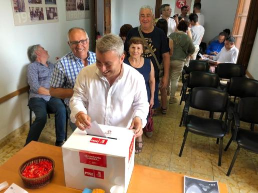 Militante socialista participando en la consulta sobre los acuerdos de gobierno del PSIB.