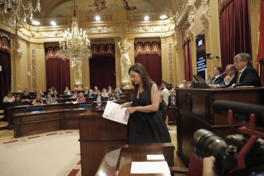 Francina Armengol tras su parlamento en el pleno de investidura.