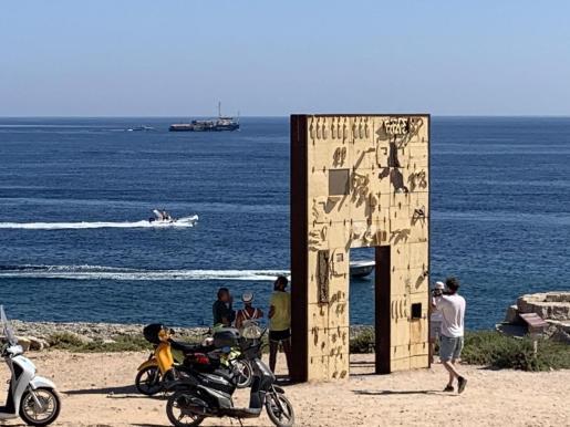 El barco de la ONG alemana Sea Watch abandona el puerto de Lampedusa, este miércoles en Lampedusa, Italia.