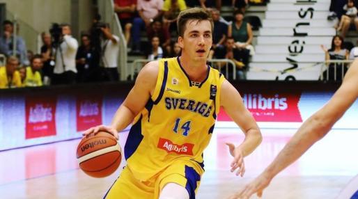 Imagen del nuevo jugador del Iberojet Palma Alexander Lindqvist en un partido con la selección sueca.