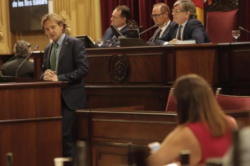 El líder de Vox mira a Armengol mientras lanza sus dardos desde el atril del Parlament.