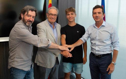 Imagen de la presentación como nuevo jugador del juvenil B del Barcelona de Josep Cerdà en la que han estado presentes los exjuagadores José Mari Bakero y Guillermo Amor.