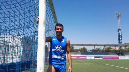 El jugador del Atlético Baleares Hugo Díaz posa junto a la portería en Son Malferit.