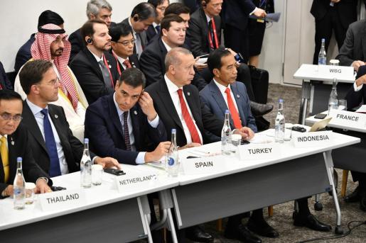 Imagen de Sánchez, en el centro de la imagen, escuchando las intervenciones de los líderes que se han dado cita en la cumbre del G20 que se celebra en Japón