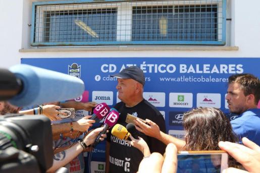 El técnico del Atlético Baleares Manix Mandiola atiende a los medios de comunicación en Son Malferit antes de la vuelta de la final por el ascenso ante el Mirandés.
