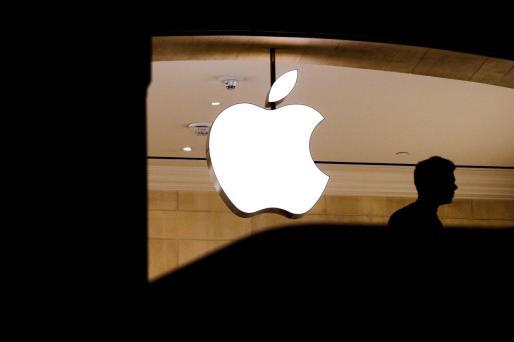 Un hombre pasa junto al símbolo de Apple en una tienda de Nueva York (EE.UU.)