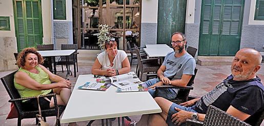 La revista 'Sa Plaça', de Llubí, fotografió a parte de los asistentes a la cena en casa de Biel Vicens antes de que se celebrara. En ella aparecen Joana Aina Campomar, Bel Busquets, Miquel Gallardo y Miquel Ensenyat.