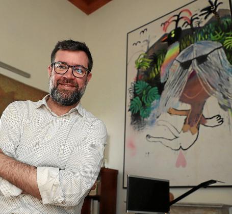 El regidor Antoni Noguera en su despacho Can Oms, ante una obra de Bel Fullana.