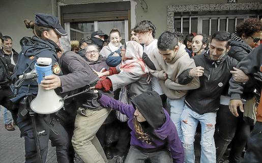 Imagen de archivo de una acción para tratar de evitar un desahucio producido este año en Palma.