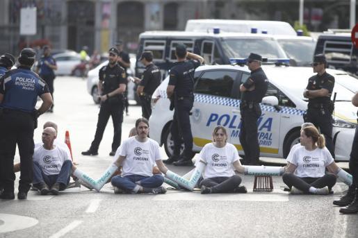 Activistas de Greenpeace cortan las entradas a Madrid Central para protestar contra la moratoria de multas.