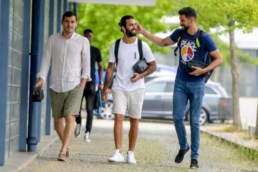 Iker Casillas anuncia por Twitter que asiste al primer entreno de pretemporada.