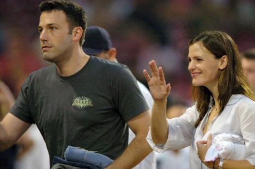 WTX73 BOSTON (EE.UU.), 29/2/2012.- Fotografía de archivo fechada el 2 de junio de 2007 de la actriz estadounidense Jennifer Garner (d) y de su marido, el actor estadounidense Ben Affleck, después del partido de béisbol de los Medias Rojas de Boston contra los Yankees de Nueva York en el estadio Fenway Park de Boston (Massachusetts, EE.UU.). Según informaciones publicadas ayer, Jennifer Garner y Ben Affleck han sido padres por tercera vez. El bebé es un varón. EFE/CJ Gunther JENNIFER GARNER Y BEN AFFLECK, P