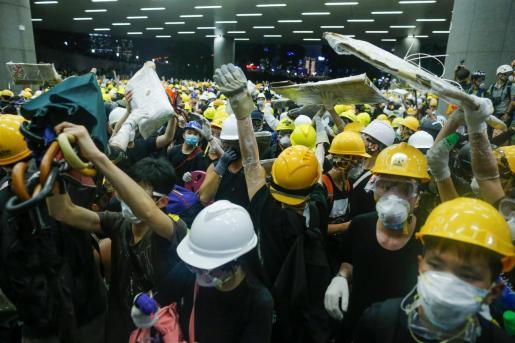 Manifestantes en el Parlamento de Hong Kong.
