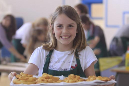 En Formentera se podrán degustar las tradicionales y dulces 'orelletes' y el licor de hierbas.