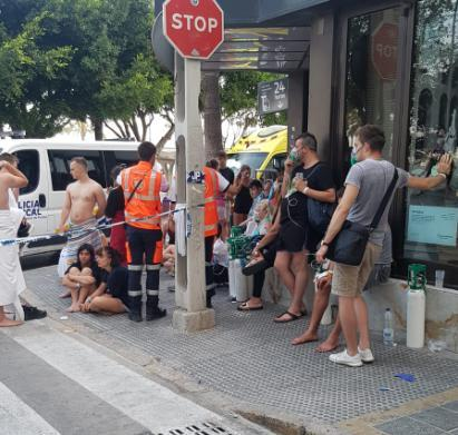 Varios de los turistas atendidos en el mismo lugar del suceso.