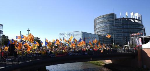 Independentistas catalanes se manifiestan ante el Parlamento Europeo en la apertura de la legislatura contra su decisión de no reconocer como eurodiputados al expresidente de la Generalitat Carles Puigdemont, al líder de ERC, Oriol Junqueras, y al exconseller Toni Comín, este martes, en Estrasburgo.
