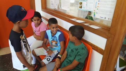 Niños saharauis esperando la revisión médica.