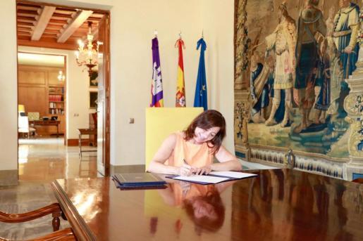 Francina Armengol, firmando este martes el Decreto 9/2019 por el que se determina la composición del nuevo Govern balear.