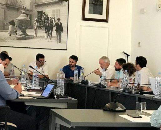 Momento del pleno del Ajuntament de Pollença, presidido por el alcalde Bartomeu Cifre.