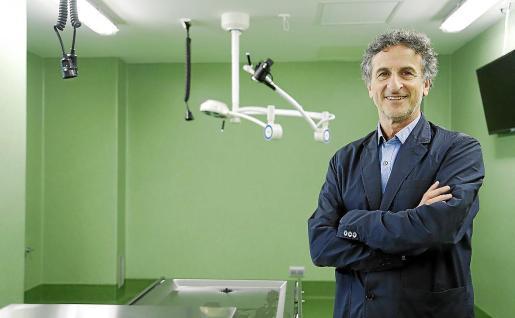 Miquel Roca, en la sala de disecciones de la Facultat de Medicina.