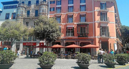 La Federació de Veïns denuncia que el hotel Mamá incumple la normativa de terrazas en varios aspectos.