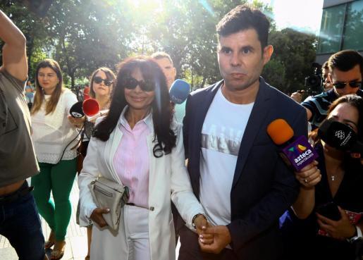 El supuesto hijo de Julio Iglesias, junto a su madre.