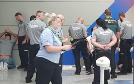 Momento de la detención de los jóvenes alemanes en el aeropuerto de Mallorca.
