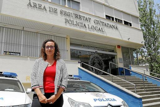 Joana Maria Adrover, en la entrada del cuartel de la Policía Local de Palma.