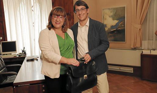Iago Negueruela recibe la cartera de Turisme de manos de Bel Busquets.