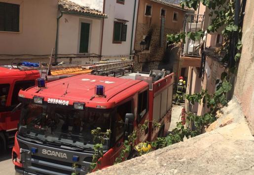 Camiones de bomberos en el lugar de los hechos.