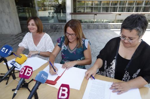 Maite Salord, Susana Mora y Cristina Gómez han firmado el acuerdo de gobierno para el Consell.