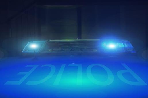 El falso policía utilizaba luces y sirenas para detener a vehículos.