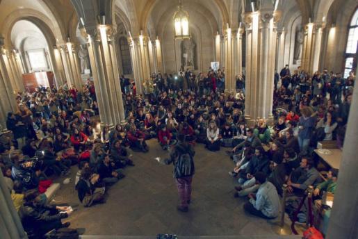 Un grupo de estudiantes universitarios permanece en el interior del rectorado de la UB en la plaza Universitat de Barcelona en protesta contra los recortes en las principales universidades catalanas.