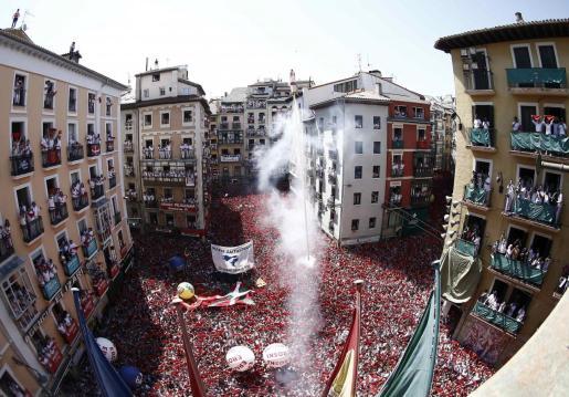 Lanzamiento del tradicional chupinazo con el que han dado comienzo las fiestas de San Fermín 2019, este sábado en la Plaza del Ayuntamiento de Pamplona.